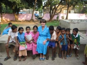 Кэролайн Кокс в Индии с детьми-сиротами