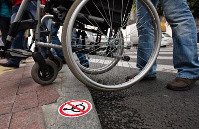 Инвалидов высадят из удобных колясок