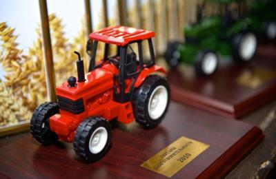 Медведева наградили игрушечным трактором