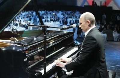 Ради больных детей Путин сел за рояль