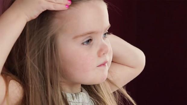 Трехлетняя девочка отдала свои волосы онкобольным