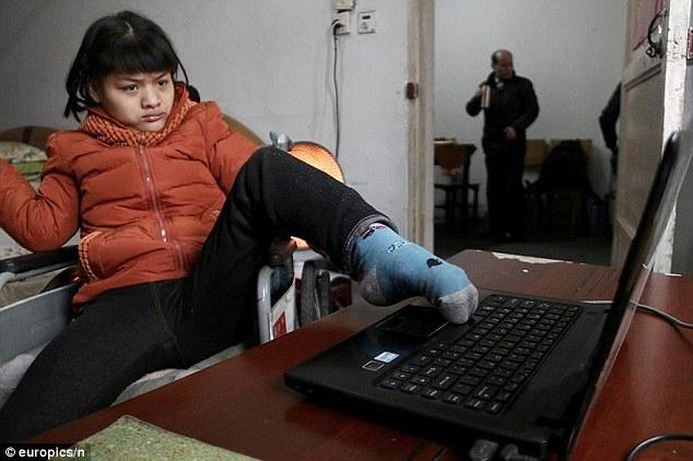 «Я не гений». Девушка с ДЦП пишет роман левой ногой